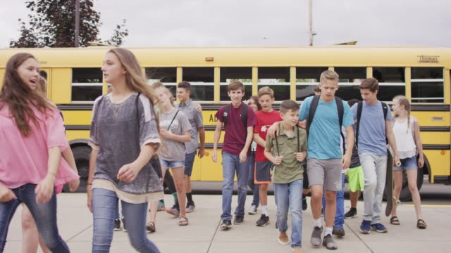 Middle+age+school+students+arriving+to+school